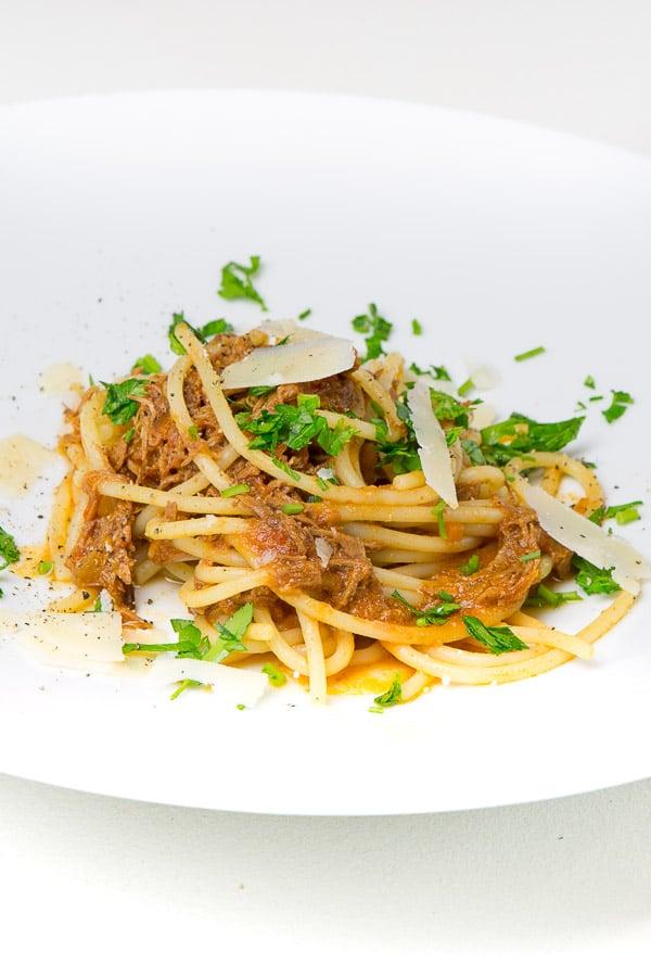 Ragù mit dreierlei Fleisch nach Bologneser Art