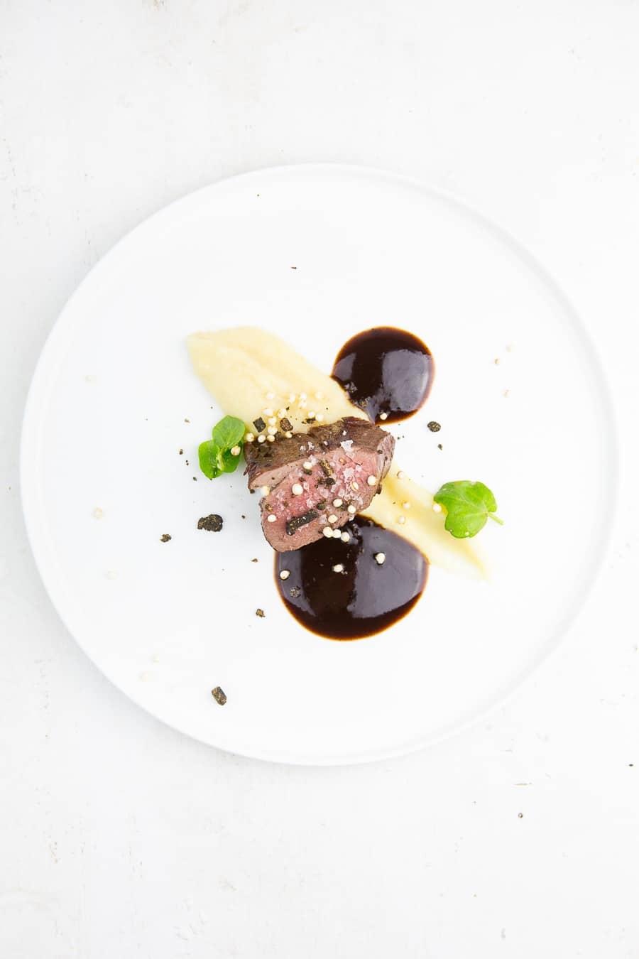 Hirschrücken sous-vide mit Selleriepüree und Schokoladenpfeffer