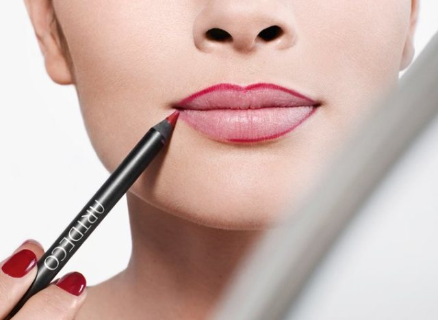 using-lip-liner -