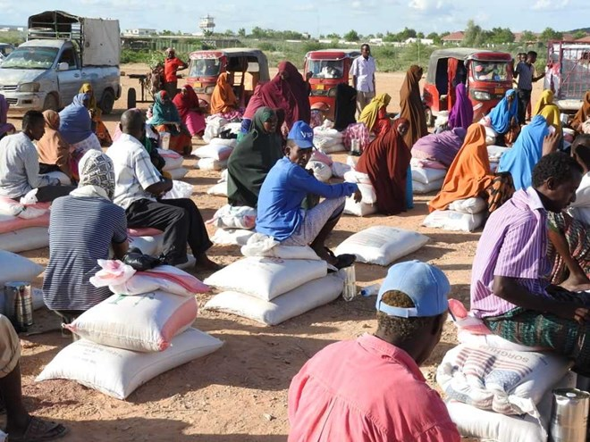 A food distribution to people affected by floods in Eljale, Somalia, May 2020. Credit: OCHA/Warsame