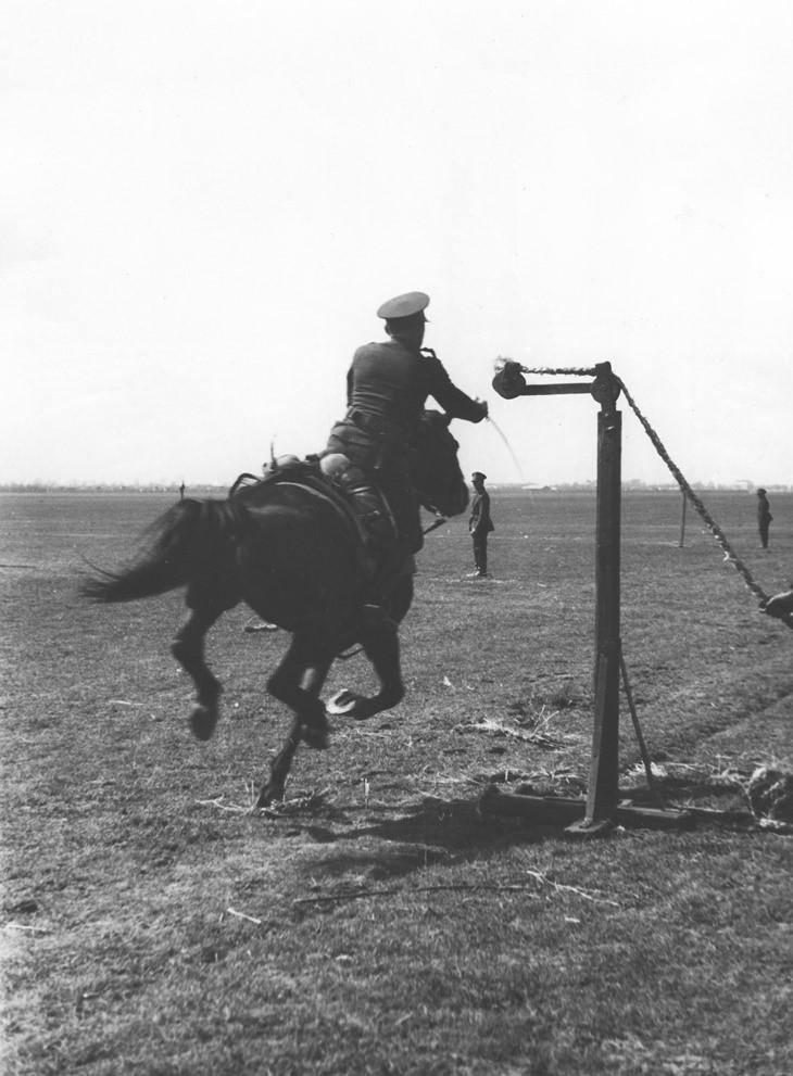 Pokazy sprawnościowe kawalerii podczas rewii wojskowej na Polu Mokotowskim