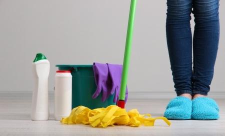 引っ越し退去掃除の洗剤と作業のイメージ