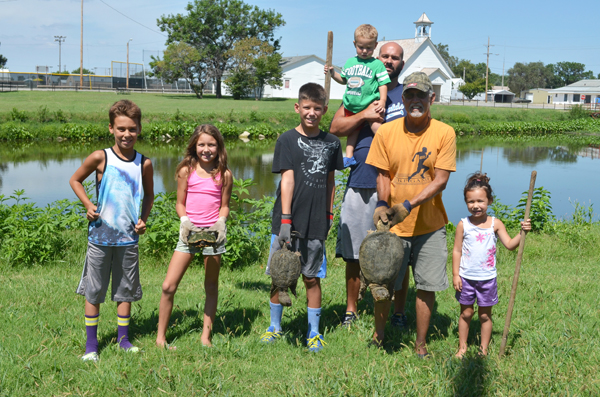 In the past three weeks, the Ratzlaff family crew have removed 29 snapping turtles from the Memorial Park and Adobe House ponds. Pictured (from left) are: Brekyn Ratzlaff, Kingzley Ratzlaff, Dayton Foster, Zavior Ratzlaff, Micah Ratzlaff, Glenn Ratzlaff, Jetta Ratzlaff. Not pictured: Andrew Thomas. Janae Rempel / Free Press