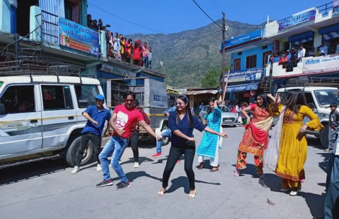 shooting-of-dhanraj-shauryas-new-song-razakhet-bazar-starts-in-tehri-razakhet-crowd-of-people-watching-the-shooting