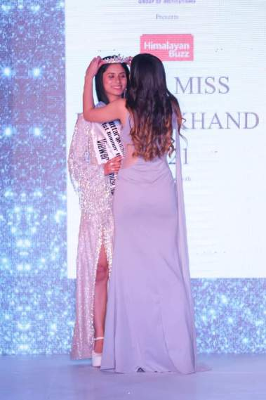 Vaishali Verma being crowned by Himalayan Buz Miss Uttarakhand 2020 Runner Up Kashish Chopra