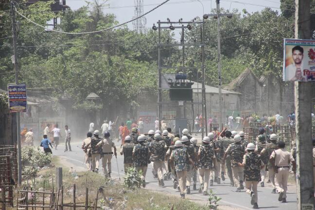 फोटो-घायल मजदूर, पुलिस द्वारा चलायी गयी गोली, आगजनी करते लोग एवं आंदोलनकारियों को खदेड़ती पुलिस।