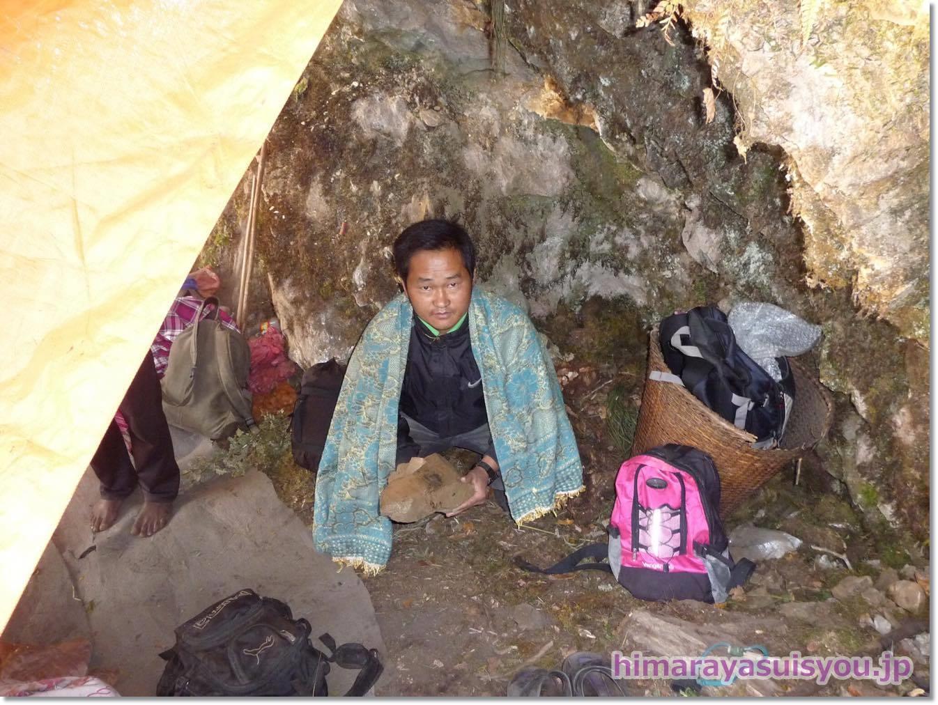 テントの中でヒマラヤ水晶を持っている写真