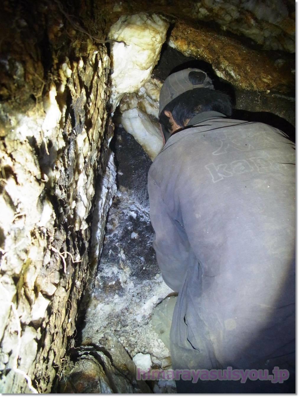 ヒマラヤ水晶を発掘している最中