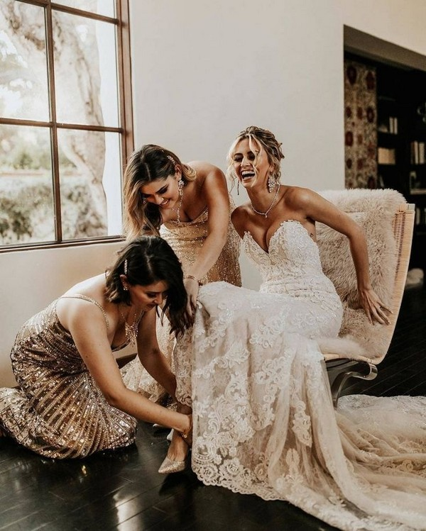 wedding photo ideas with bridesmaids getting ready2
