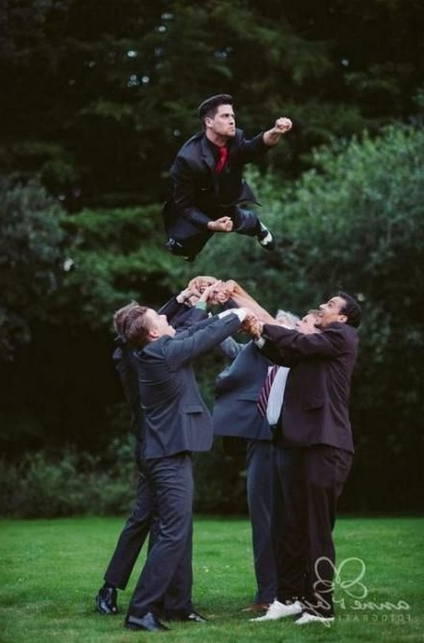 fun groomsmen wedding photo ideas2
