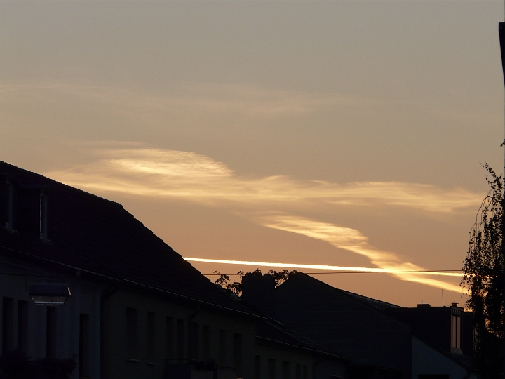 Wolken und Kondensstreifen über dem Sonnenaufgangspunkt (12.08.2012, 06:22 MESZ)