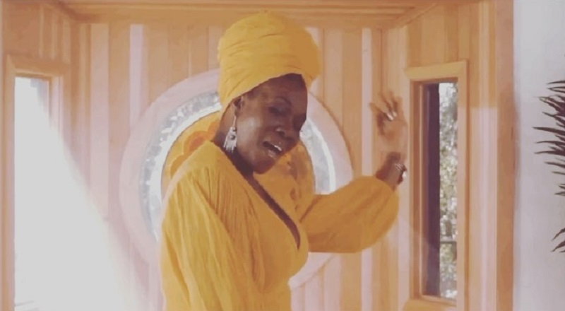 India Arie finally responds to the Chris Tucker dating rumors. First, in promotion of her new music video, she made it into a joke. Later, she took to Twitter to say they went on ONE date that she didn't even remember, 13 years ago, until Twitter brought it up.