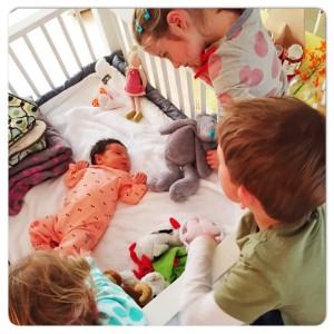 kindjes kijken naar fee in de box