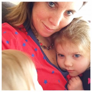 verdrietig en knuffelen met mama