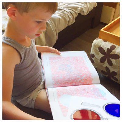 magische verstoppertjesbos lezen met vergrootglas