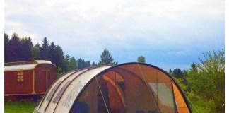 tent en zware bewolking