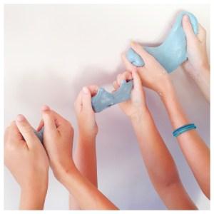 zelf slijm maken handen met slijm