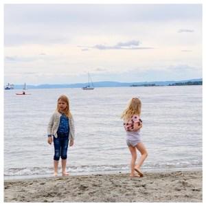 paradis bukte kids spelen in zee