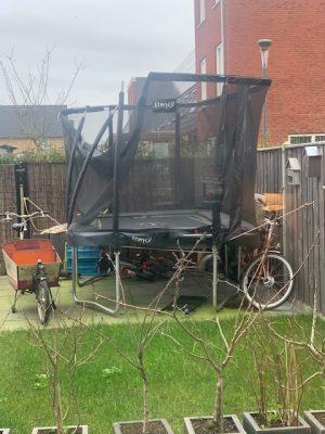 trampoline vastgezet voor storm