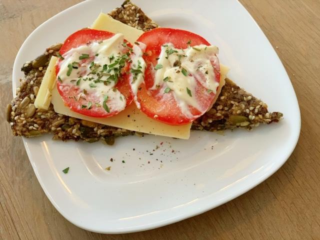 koolhydraatarme cracker met kaas en tomaat