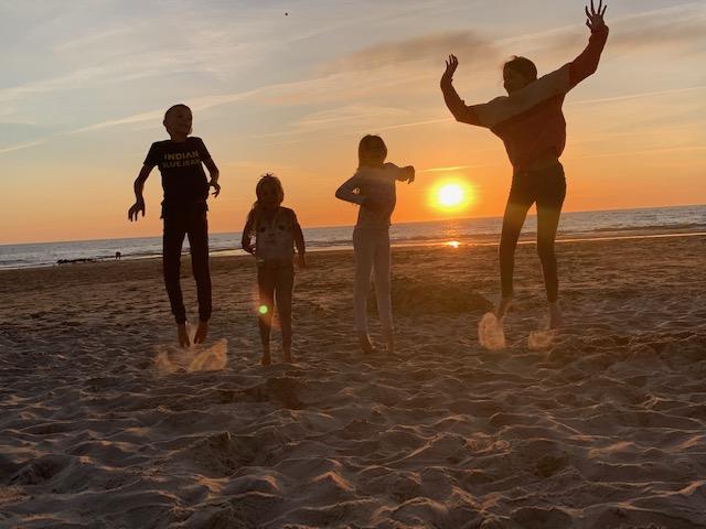 kids springen op het strand 2020