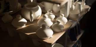 Hoe verschillen porselein en aardewerk van elkaar?