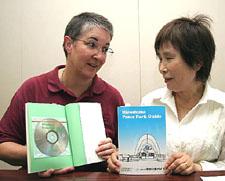 「HIPの平和公園ガイド」を作ったペグラムさん(左)と小倉代表