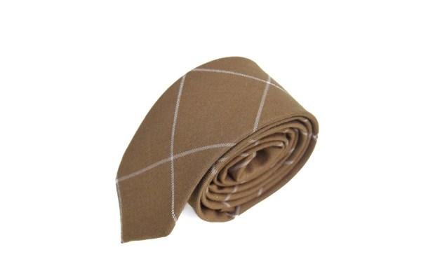 Bruine stropdas met een geruite witte lijn.