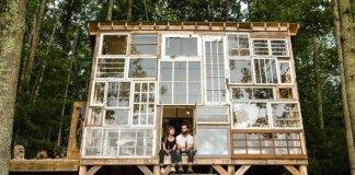 Έχτισαν το σπίτι των ονείρων τους από παλιά παράθυρα και ζουν την ζωη που ονειρεύτηκαν στην φύση!