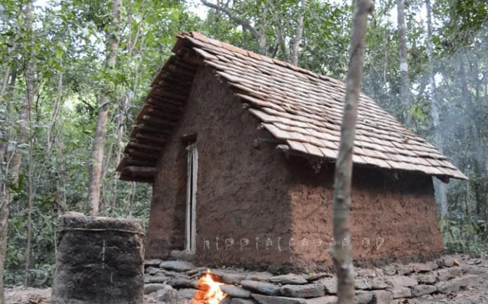 Δείτε πως φτιάχνει μόνος του ένα Σπίτι από χώμα, νερό, πέτρα και ξύλο με μόνα Εργαλεία τα Χέρια του και την Φωτιά
