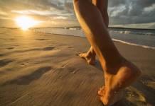 Γείωση: Περπατήστε με γυμνά πόδια και αφήστε τη γη να σας θεραπεύσει.