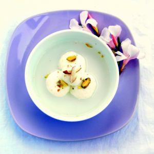 Indian Sweet: Bengali Rasgulla – Puffed Cheese Spheres
