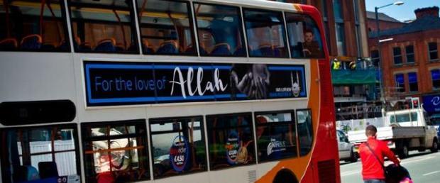 Megjelent Allah neve a manchesteri buszokon!