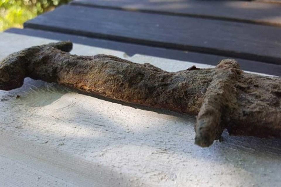 6. századi karddal a kezében jött ki a tóból viking fegyvert talált a kislány