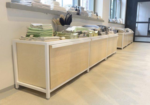 Myyntipöydät täydennysvarastolla