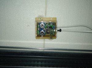 OpenGarage Module nieft der Garagen Schinn montéiert
