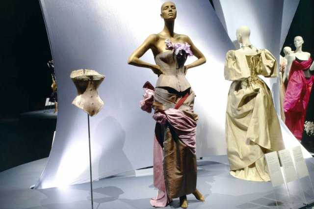 Vivienne Westwood Corset That Blends Fashion And Fine Art 360 Video Victoria And Albert Museum Hisour Hi So You Are