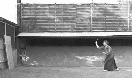 Yasuyuki Otsuka Sensei, Sôke de Meifu Shinkage Ryu lanzando shuriken