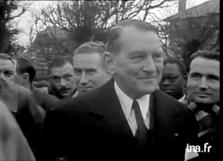 En 1955, Le président René Coty se rend à Saint-Denis, Choisy et Villeneuve-le-roi afin de soutenir ces villes face aux inondations qu'elles viennent de subir. A droite, on aperçoit un futur président, François Mitterrand.