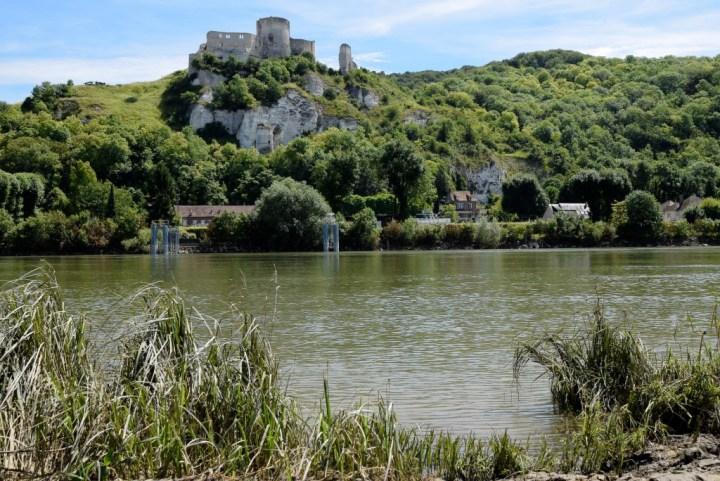 Du haut de sa falaise calcaire, Château-Gaillard domine d'environ 80 m la Seine.