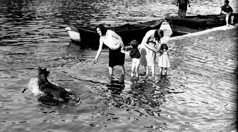 Paris, la chaleur scène typique au bord de la Seine Agence Mondial en 1932