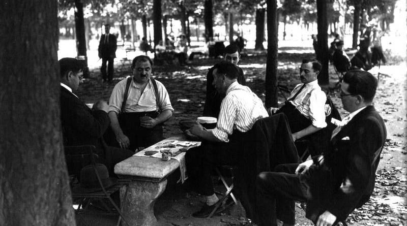 Pendant la grande chaleur, les joueurs de cartes 1932 - agence Mondial