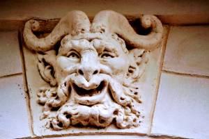 mascaron de pan souriant au 26 quai de Bethune par Hamilcar Maata