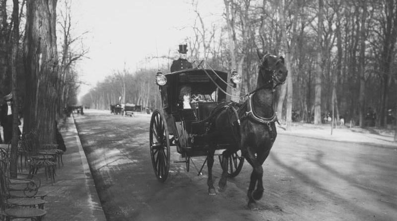 Fiacre conduit par l'arrière - photo Agence Rol 1908