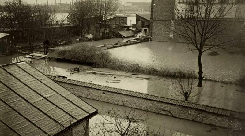 cour d'immeuble du quartier de Bercy inondée par la crue de 1910