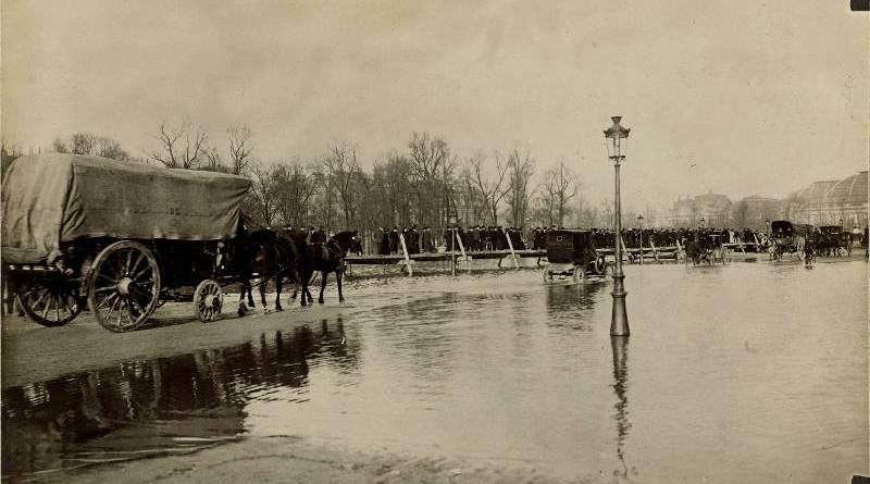 Un ponton place des Invalides en janvier 1910