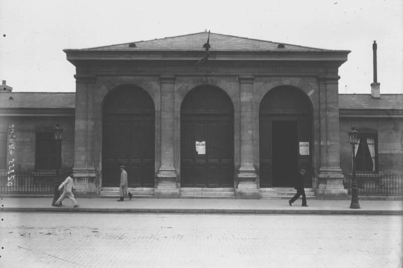 façade de la morgue en 1912 par Agence Meurisse