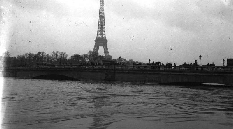 Vue de la Tour Eiffel et du pont de l'Alma lors de la crue de 1910 par Agence Rol