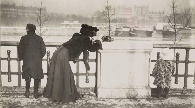 Aux abords du pont de l'Alma, dame faisant de la photographie - BHVP