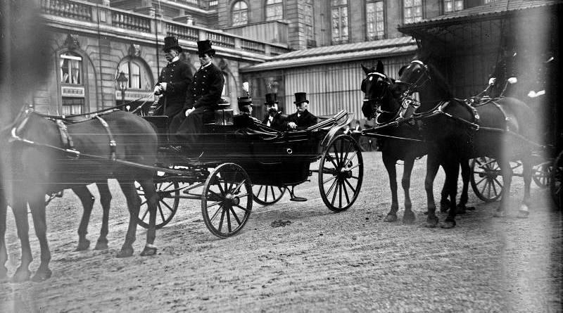 M. Doumer, président de la Chambre des députés, en calèche dans la cour de l'Elysée, le jour de la passation des pouvoirs, 18 février 1906 par Agence Rol